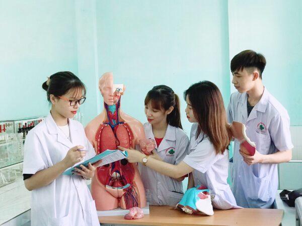 Báo văn nghệ – Trường Cao đẳng Y Dược Tuệ Tĩnh, Hà Nội : Cơ hội việc làm lương cao đến từ ngành điều dưỡng