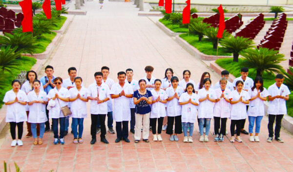 Báo Tuổi trẻ & pháp luật – Những y, bác sĩ tương lai dâng hương tưởng niệm các anh hùng liệt sỹ ngày 27-7